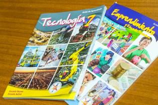 Los libros de trabajo de Escuela Nueva han sido fundamentales para ayudar a escalar el programa a 20,000 escuelas rurales y promover el aprendizaje centrado en el estudiante en el aula. (Crédito: Jared Wade)