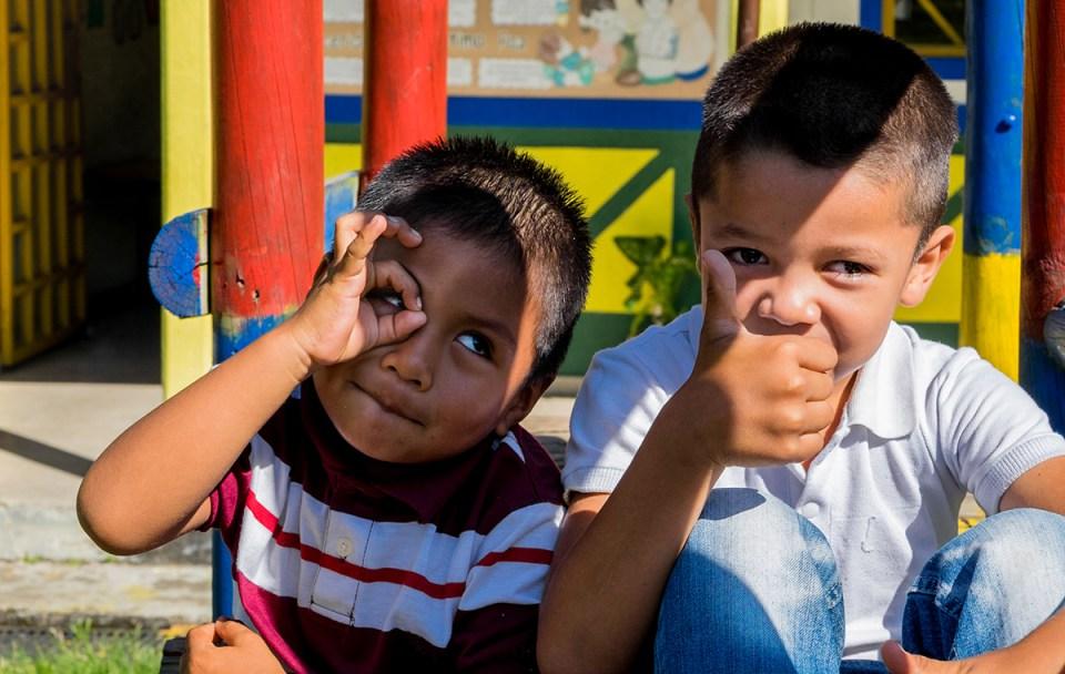 Dos jóvenes estudiantes disfrutan de un recreo durante el día escolar en Sede Barragán, una escuela rural de unos 80 niños en Quindio. (Crédito: Jared Wade)