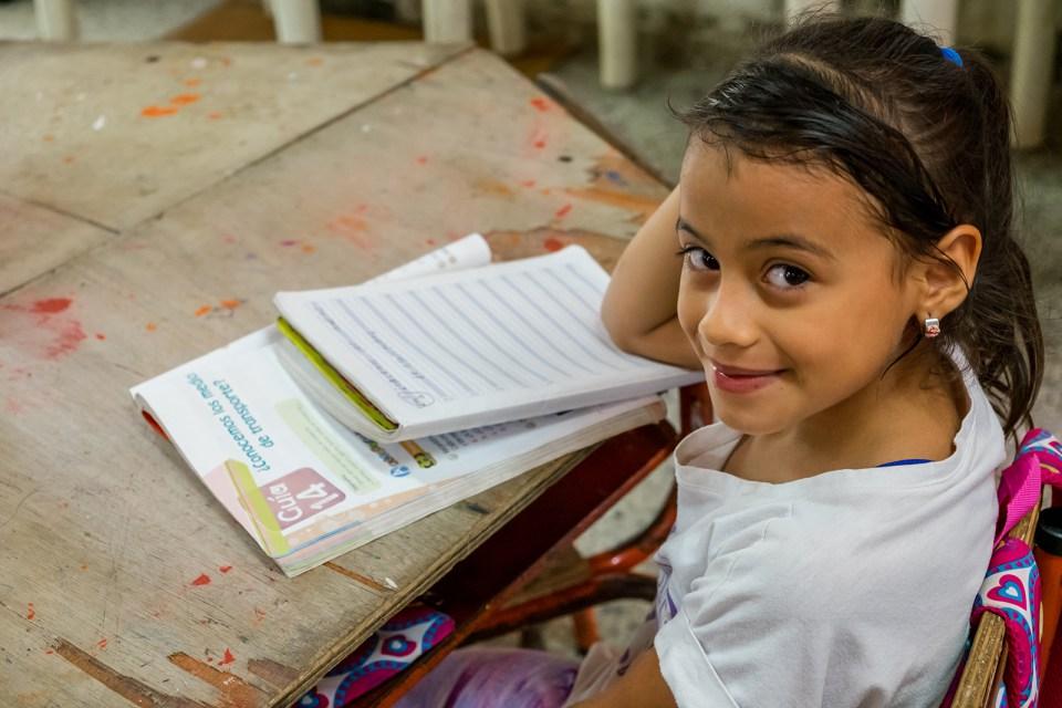 Niños en la escuela Sede Cabaña de la Escuela Nueva, donde los niños de primero a sexto grado comparten un solo salón de clases. (Crédito: Jared Wade)