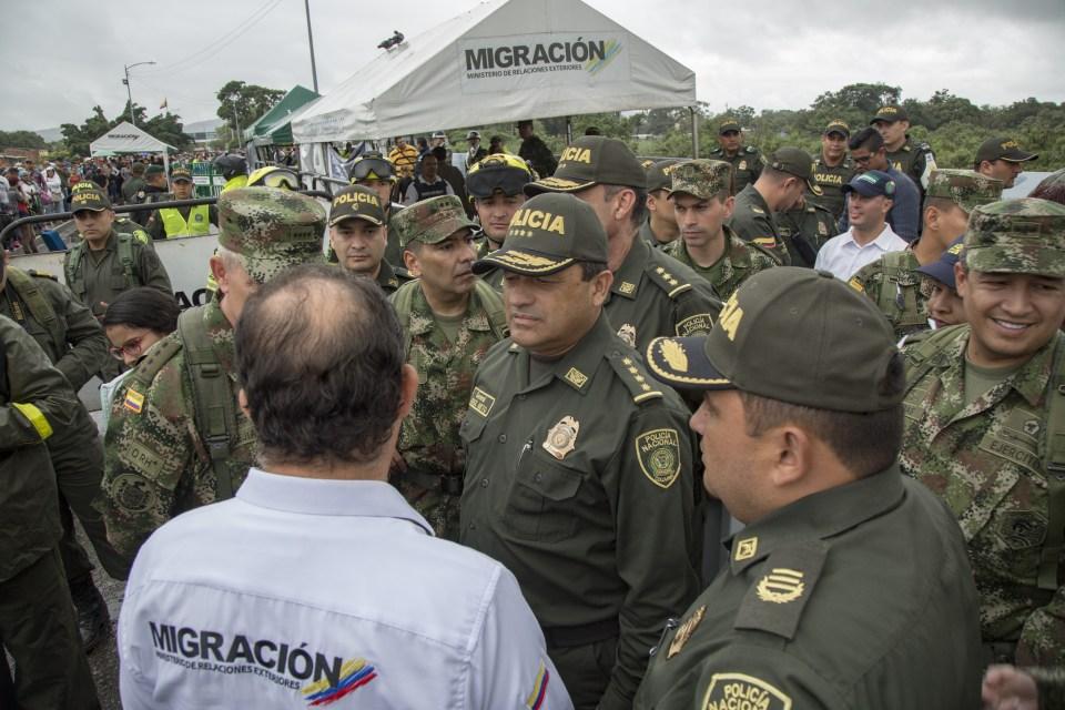 Funcionarios policiales y de migración trabajan juntos en Cúcuta. (Crédito: Policía Nacional de Colombia)